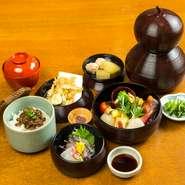 先付・造り・煮物・焼き八寸・蒸し物・油物・飯・ 甘味(珈琲又は、紅茶付)
