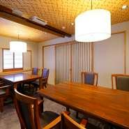 料理人の手さばきが楽しめるカウンター席に加え、テーブルを2つ備えた個室を完備。間仕切りをアレンジすることにより、少人数の会食から10名程度の宴会などに利用できます。