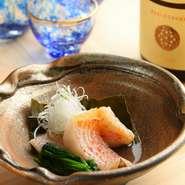 塩と昆布を入れたお湯の中で新鮮な魚にゆっくり火を通す湯煮は、漁師たちが船の上で楽しむ一品。【真田】では、あらかじめメンメ(キンキ)を昆布締めにし、サッと蒸し上げることでふんわりやわらかに仕上げます。