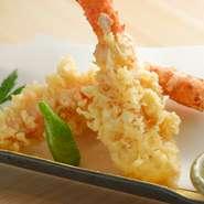 タラバ蟹よりもさらに深海に棲み、濃厚な甘みが特徴のイバラ蟹は、素材の味が際立つ天婦羅に。ほとんど市場に出回らない希少な食材をいただけるのも、この店を訪れる楽しみです。