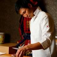 和と洋のテイストが融合した非日常空間と、贅沢な味わいの料理の数々。都心と同じクオリティの店づくりを目指す【和食・鮨 真田】。素材を吟味し、一番おいしい状態を見極め、極上の一皿に仕立てます。