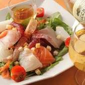 鮮度抜群の魚介を贅沢にいただく『海の幸サラダ』