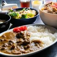 上質な黒毛和牛の牛すじをローストしてから煮込んだカレーは、口の中でホロホロに崩れる牛すじのやわらかな食感が魅力。牛丼との食べ放題セットは平日ランチ限定。サラダやスープもついて大満足の内容です。