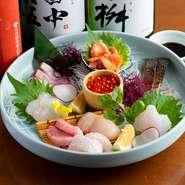 天然だい・地あじなど、毎朝店主自ら糸島の市場に行き、目利きして仕入れた鮮魚、漁師から直接仕入れた活魚などが10品。その日の仕入れ状況で魚の種類は異なります。「2名で2,000円」などと指定することもできます。