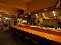 大皿料理が並ぶカウンター席は、お一人様の特等席