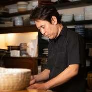 「糸島の市場で目利きした鮮魚と漁師から仕入れた天然活魚を使って、その魚に応じたおいしい料理法で提供します」と笑顔で語る林さん。海鮮料理と相性のいいお酒も揃えて、快適な時間を演出してくれます。