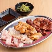 贅沢な肉の旨みを堪能できる『さすらいの七種盛り』