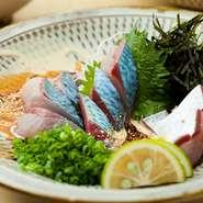 長崎・五島のサバを市場で厳選して仕入れた逸品。九州の醤油で愉しむ定番の【黒】やごまペーストのタレをつけて楽しむオリジナルの【白】。ハーフ&ハーフも可能です。