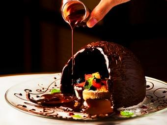 1Fレストランでお過ごしいただくアニバーサリーコース。アニバーサリー仕様のデザートのご用意も可能。