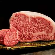 きめ細かく適度に入ったサシは、黒毛和牛のサーロインならでは。脂の甘みとお肉の旨みを存分に感じられる『黒毛和牛 サーロイン』は、ぜひとも食べてみたい一品。滋味深いおいしさを満喫してみませんか。