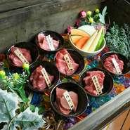 多彩な部位を楽しめる、『肉の宝箱』は料理人の一押し。SNS映えも抜群、見栄えも美しい一皿に舌鼓をうってみてはいかが。希少部位を味わえるのもうれしいポイントです。