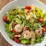 デパ地下のサラダ専門店やお総菜屋さんで売られているアボカドと海老のタルタルサラダ。赤、黄、緑と彩りがよくボリュームもあるので、人が集まったときの1皿としてとても食卓映えします。