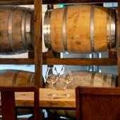 ワイン樽の並ぶ店内で、肩肘張らずに楽しんで