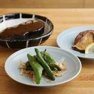 野菜は京都産をメインに、新鮮なものを厳選。蛸薬師店オリジナルメニュー「焼き野菜」では、大判であり肉厚で食感のよいしいたけや京野菜を味わえます。鶏肉は国産を使用。