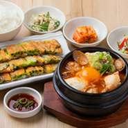 ふんわりしたおぼろ豆腐と魚介のチゲに自慢のチヂミをセット。