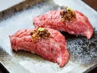 醤油とオイルの香りを纏った肉が絶品! 『炙り牛握り(2巻)』