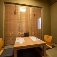 和のしつらえで整えられた上品な個室を完備。2名から10名まで利用可能で、デートや接待、会食など、幅広いシーンで活躍します。掘りごたつ席なので正座が苦手な人も安心です。