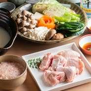 新鮮な朝引き鶏を濃厚な白濁スープで食べる『水炊き』が名物。自家製つくねや野菜もたっぷりで、ヘルシーな味わいを堪能できます。様々な具材の旨みが溶け込んだ〆の雑炊も絶品。