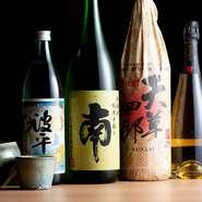 福岡の飲食店でしか飲めない芋焼酎「波平」や麦焼酎「天草四郎」をはじめ、選りすぐりの焼酎を用意。ほかにも、日本酒やビール、ワインなど、料理と相性の良いお酒を取り揃えています。