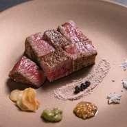 その日一番おすすめの肉の部位を使用した『本日のA5和牛ステーキ』。素材の良さを味わえるように塩のみでの味付け。噛みしめる度にあふれ出す肉汁や芳醇な香りが食欲を一層くすぐります。
