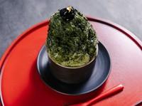 京都から取り寄せた抹茶を贅沢に使用して作った自家製抹茶シロップ。そのシロップをたっぷりかけたかき氷。他にも、店内で焙煎したほうじ茶で作る自家製ほうじ茶シロップのかき氷も人気です。