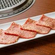ファーストドリンクと頼みたい人気の一皿。上質な「和牛肉」を厳選しており、程よい弾力とジューシーな味わいがたまりません。サッと焼いたらレモンにつけていただきます。