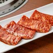 上質なお肉がズラリ。新鮮なホルモン、和牛肉を厳選して仕入れています。日替わりでブランド牛の肉も提供。素材そのもののおいしさを堪能できる「焼肉」だからこそ、状態のいいお肉にこだわっています。