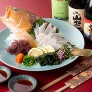 店が休みの日には、海釣りに出かけるという女将。掘り出し物の鮮魚を目当てに、週明けを楽しみに訪れる常連客も多いとか。この日のメニューは、幻の高級魚とされるキジハダ(アコウ)。思わずお酒も進みます。