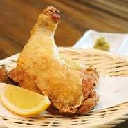 鶏肉は、信頼する業者から国産品を調達しています。中でも『国産鶏ももの素揚げ』に使う大きなもも肉は、冷凍ではなく生の状態で仕入れるというこだわりよう。新鮮な肉ならではのジューシーさを楽しめます。