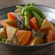 福岡の家庭料理の定番である『がめ煮』を、常時お通しとして提供。九州の甘口醤油で仕上げた素朴な味わいが特徴です。まずはこの一皿でほっと落ち着くのが【すっぴん】流の楽しみ方。