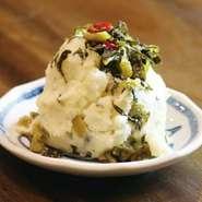 九州名産の柚子胡椒と高菜漬けを和えた、パンチのある大人なポテトサラダ。じゃが芋のホクホク感にピリリとした辛みがアクセントを添え、お酒のアテにもってこいの一品です。
