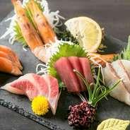 毎朝、市場から仕入れる新鮮な魚を使用。旬のオススメを厳選して日替わりでご提供いたします。産地直送の海の幸を豪華なお造り盛り合わせで楽しんでいただけます。日本酒や焼酎などのお酒と相性抜群です。