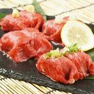"""国産黒毛和牛の良質なもも肉を使用した肉寿司。口に入れた瞬間、とろけるような食感と旨味が口中に広がります。まろやかで甘みのあるお肉の旨みを、より一層引き立たせる""""炙り""""でご提供いたします。"""