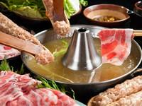 角界で生まれた黄金スープをしゃぶしゃぶスープに改良。つけだれ(ごまポン)練りごまと秘伝のタレを加えた絶妙なゴマ風味のぽん酢。