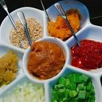 つけだれ3種付(ポンズ・ゴマダレ・麻辣中華)、 薬味7種付(力士味噌、カレー味噌、豆板醤、炒り胡麻、おろしニンニク、ネギ生姜、練りからし)。