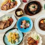 そんじょそこらのチー盛りと思うなかれ! コンテチーズ・ロックフォール・ブルサン・ミモレットの、ハードからフレッシュチーズまで4種をご用意。