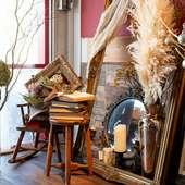絵本の世界に迷い込んだような、大人のための隠れ家カフェ