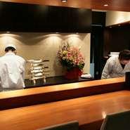 カウンター席からは、和食料理人歴23年の職人技が成す店主の熟練の包丁さばきを間近で鑑賞できます。料理人との会話も楽しめ、キッチンライブも鑑賞できる特等席です。