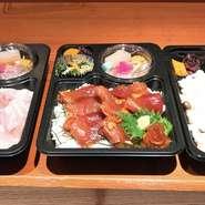 特製鰆の西京焼き弁当、特製本鮪漬け丼弁当、MaSa好特製弁当など、随時8種類ほどのお弁当がテイクアウト出来ます。 全てのお弁当に赤出汁が付いています。
