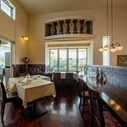 湖畔の一軒家レストランの周囲には、四季の花々や緑が美しい庭が広がり、その一角にオープンエアのガーデン席をご用意。また、屋根付きのテラス席もあり、幅広い天候に対応。ともに江津湖の絶景を大満喫できます。