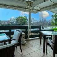 全コース共通の『前菜』をはじめ、旬の多彩な味覚を楽しめる皿の宝庫。しかも、その日の食材に応じて料理を決めるため、訪れる度に新しい味わいに出会えます。屋内・屋外にさまざまなタイプの席があるのも楽しみ!