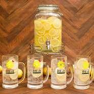 各テーブルに生レモンサワーサーバーを設置しております。待ち時間なしで何杯でも飲めますので、くれぐれも飲みすぎにはご注意を。