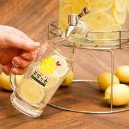 テーブルのサーバーから自家製の生レモン焼酎が出ます。お好みの割り方やトッピングをお選び頂くセルフサービス飲み放題です。