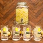 1)最初にグラスとレモンスライスをお席までお届。 2)卓上のサーバーから自家製の生レモン焼酎を注ぎます。 3)ロックでもよし、ソーダで割ってもよし! トッピングでオリジナルサワーを作ったりとお楽しみ下さい。