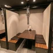 安心して食事を楽しめるよう、各テーブルの間には壁を設置し、できる限り間隔を開けています。店内の空気を数分で入れ換える強力ダクトシステムとともに、こまめな消毒を徹底し感染対策に努めています。
