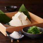 【白に始まり、白で終わる】 響の王道の逸品 この豆腐は【始まりの白】 この逸品から響が始まります 普段味わえない贅沢なお豆腐。大豆の甘みを塩が引き立てる。