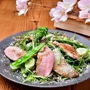 香ばしい燻製鴨のローストと春野菜の苦みがちょっと大人のサラダです。