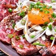 お肉の旨味をそのまま感じることができるハラミを、食べやすいようにタタキにしました! 卵黄と絡めて召し上がれ。