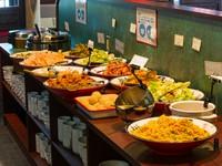 一品料理・日替わりランチ・おすすめメニュー注文で、カウンター前のビュッフェ料理全品をサービス。ビュッフェのみの注文も税込み700円で可能です。