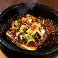 """名物の『絶頂石焼麻婆豆腐』、オーナーシェフが研究を重ねた""""麻""""と""""辣""""黄金比。ピリリと刺激的かつ、何度でも食べたくなるような魅惑の逸品です。"""
